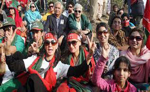 پی ٹی آئی کے مارچ میں فیشن ایبل خواتین کی بھرپور شرکت