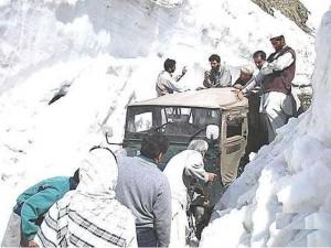 ناران اور کاغان میں شدید برفباری کے بعد سیاحوں کے داخلے پر پابندی