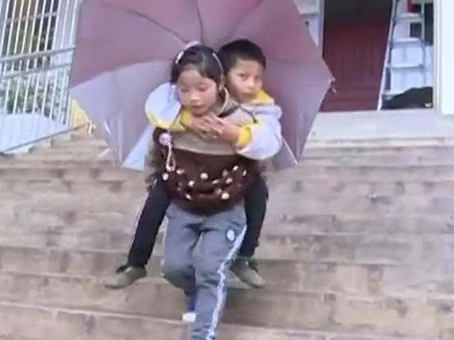 معذور بھائی کو پیٹھ پر لاد کر اسکول جانے والی باہمت لڑکی