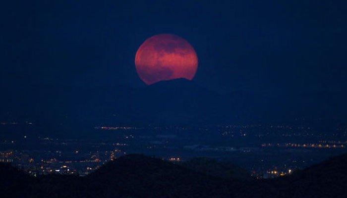 چاند کو گرہن لگنے کے عمل کا آغاز ہو گیا